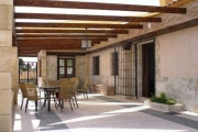 porche con mesas/porch with tables
